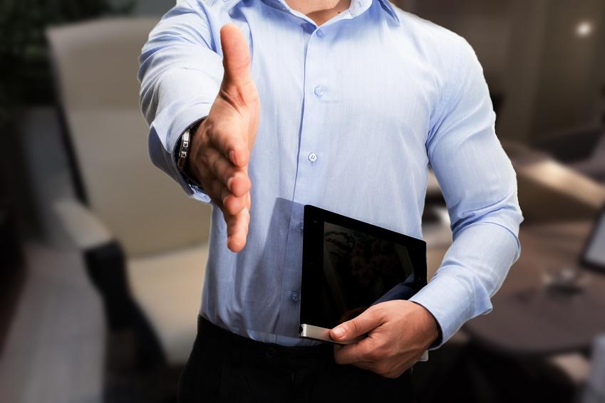uomo stretta di mano per lavorare in ufficio con contratto
